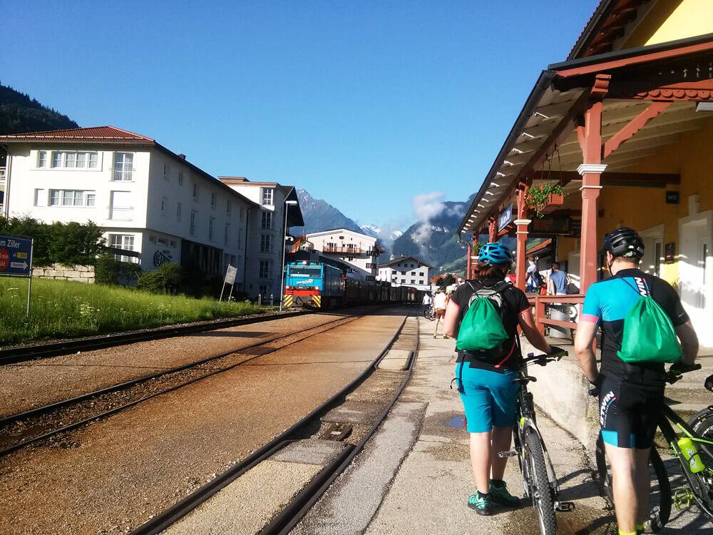 Die Zillertalbahn nimmt alle mit, die pünktlich da sind ;)