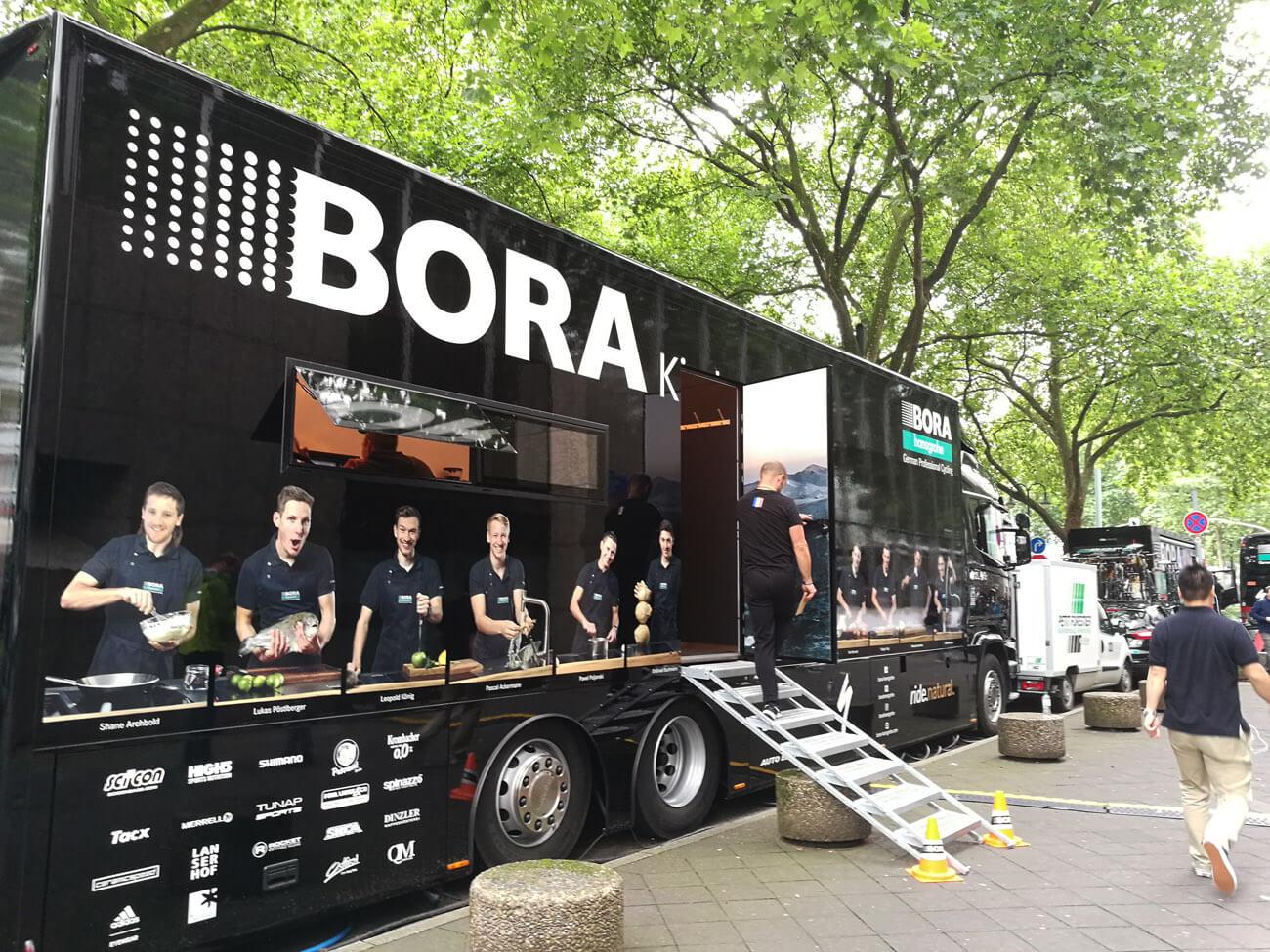 Frühstück im Mannschaftsbus - Bora-hansgrohe