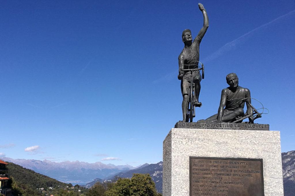 Radfahrer Statue vor der Madonna del Ghisallo